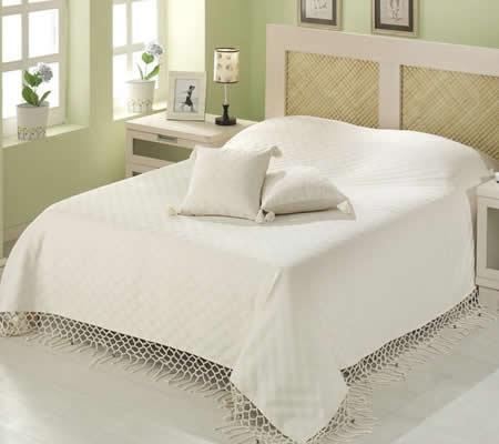 Cuvertura pat cu ciucuri crem