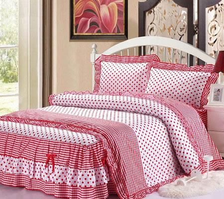 Lenjerie de pat cu buline rosii si volane